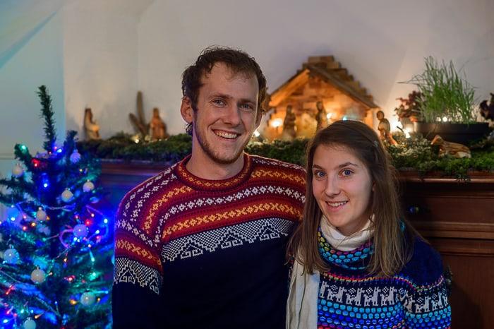par pred božično jelko in jaslicami