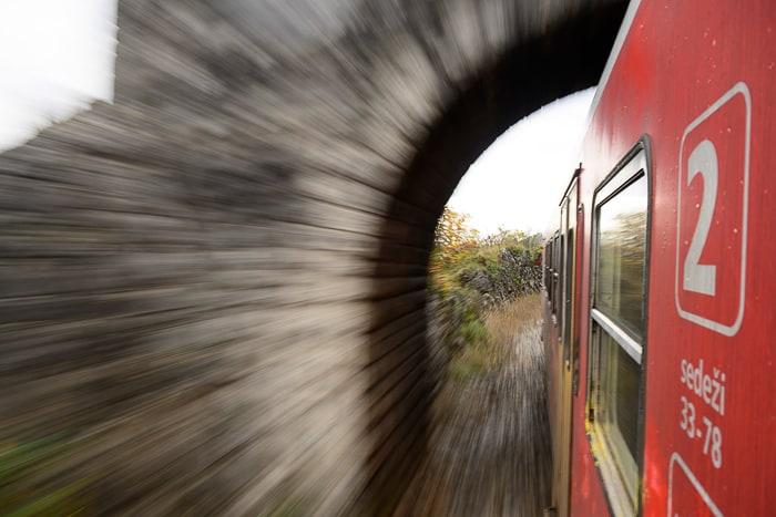 vlak drvi skozi tunel