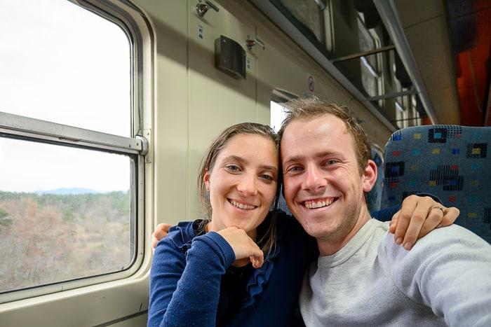 moški in ženska na vlaku