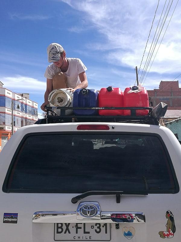 Overlander avtomobil s kanticami za bencin