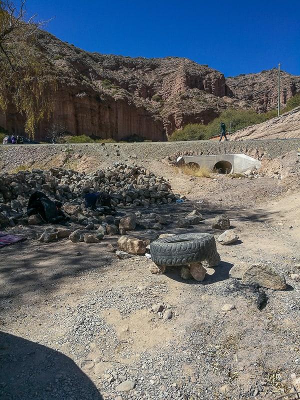 zapora ceste z gumo in skalami Bolivija