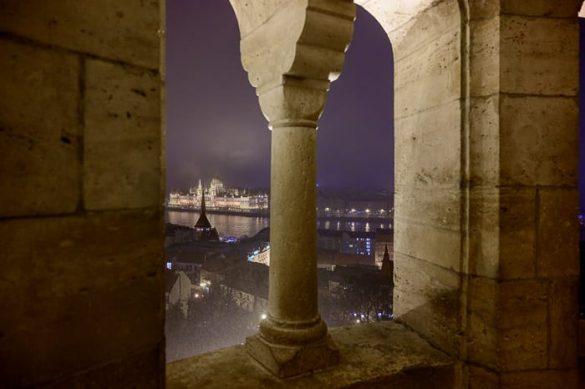 pogled na madžarski parlament skozi obokana okna