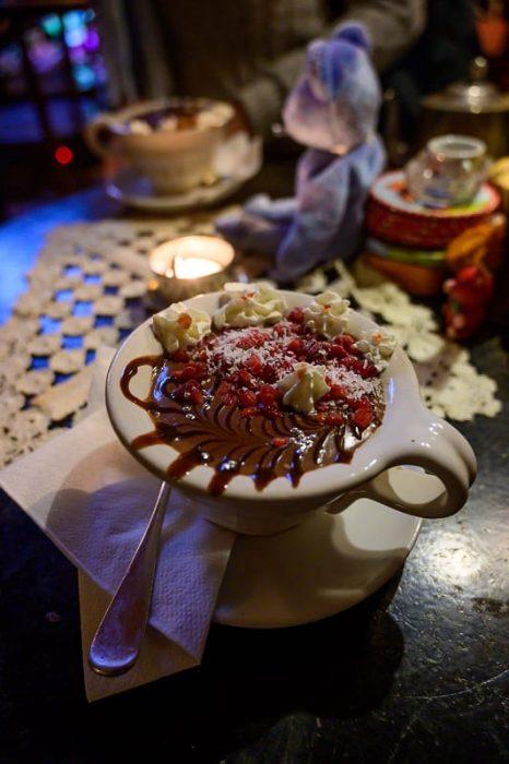 vroča čokolada s kokosom in malinami v Rengeteg RomKafe