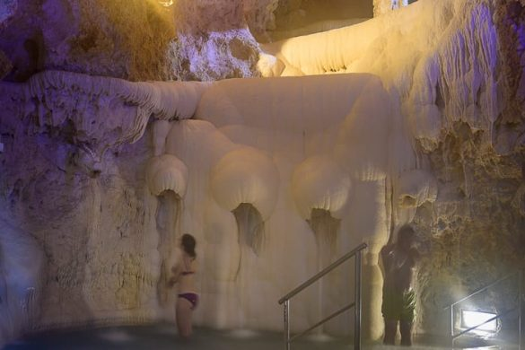 cave bath Miskolc, stena prekrita s sedimenti