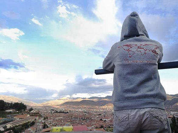 ženska gleda na mesto Cusco pod seboj