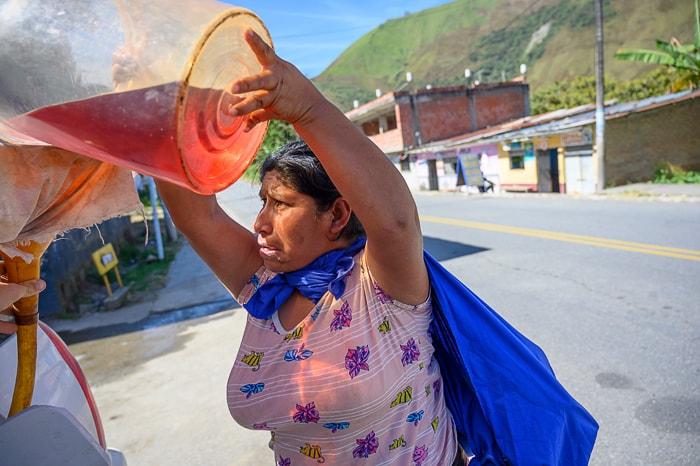 perujska ženska toči gorivo v avto