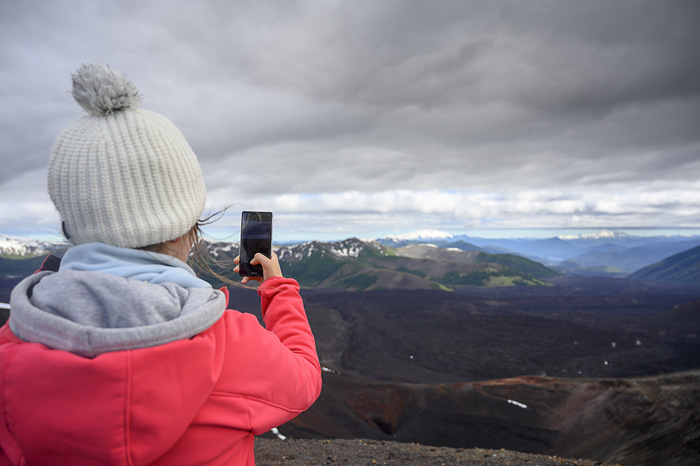 ženska s telefonom fotografira gore