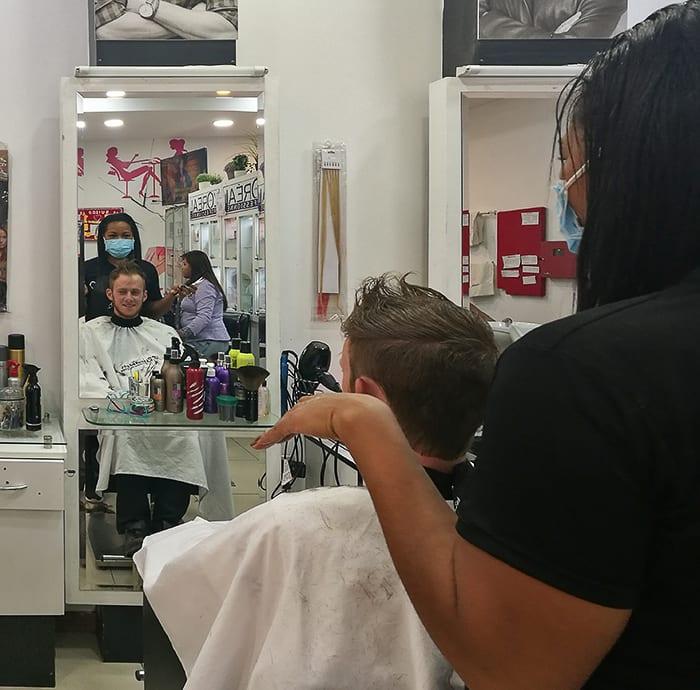 moški pri frizerju