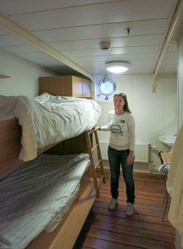 ženska v ladijski kabini