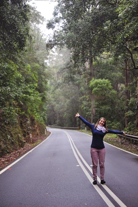 ženska ob gozdni cesti