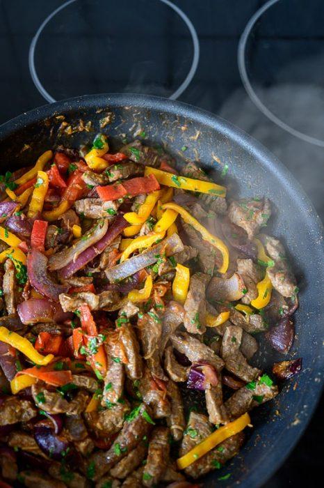 ponev z mešanico mesa in zelenjave