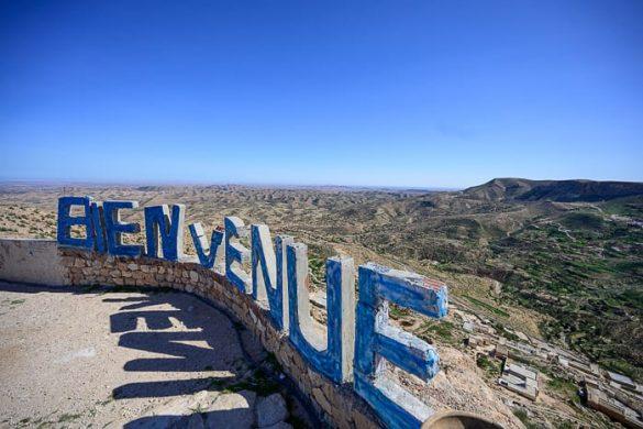 napis Bienvenue v tunizijskih gorah
