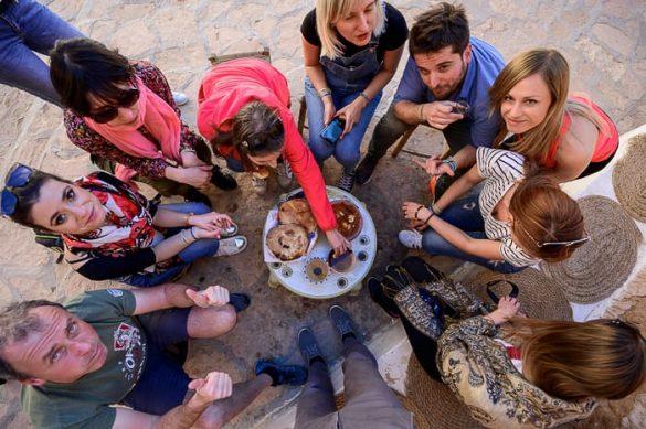 skupina ljudi pri majhni mizi