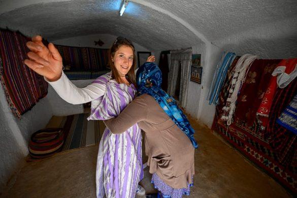 ženska v tradicionalnih oblekah Tunizije