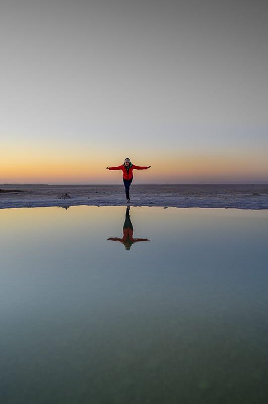 ženska na slanem jezeru Chot el Jerid