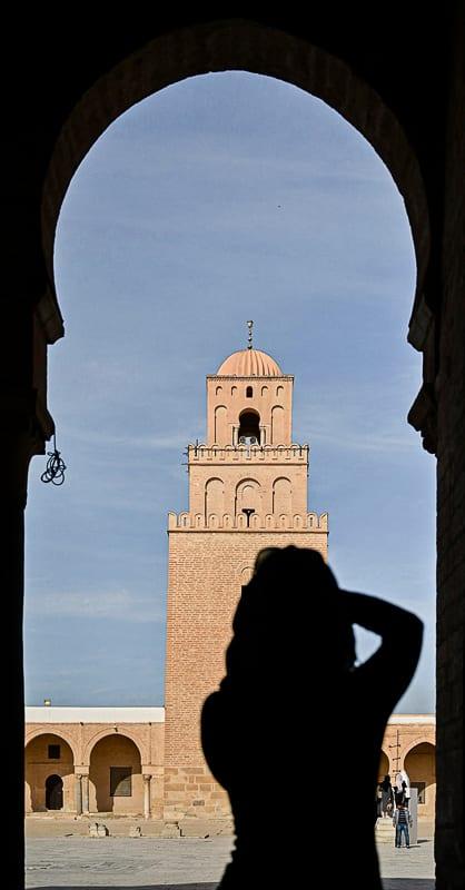 ženska fotografira mošejo v Kairouanu