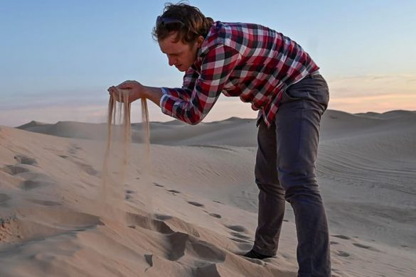moški v puščavi