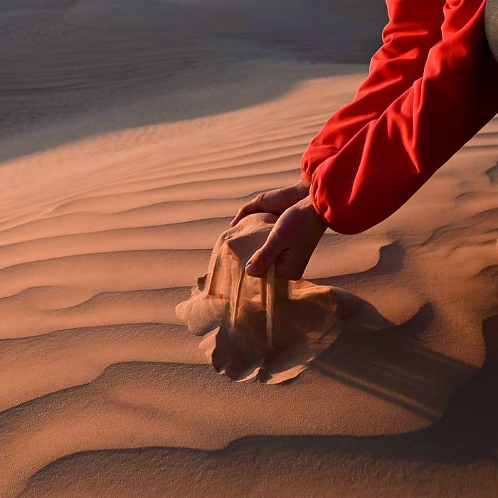 Puščavski pesek med prsti
