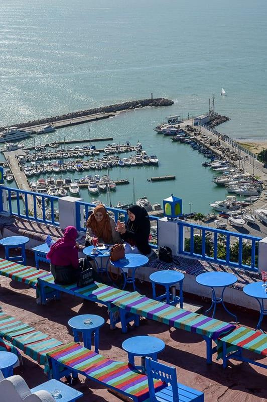 ženske sedijo v kavarni v Sidi Bou Said