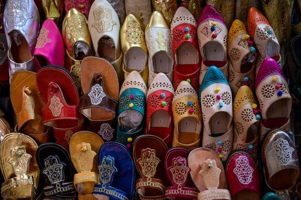 pisani čevlji na tržnici v Tuniziji