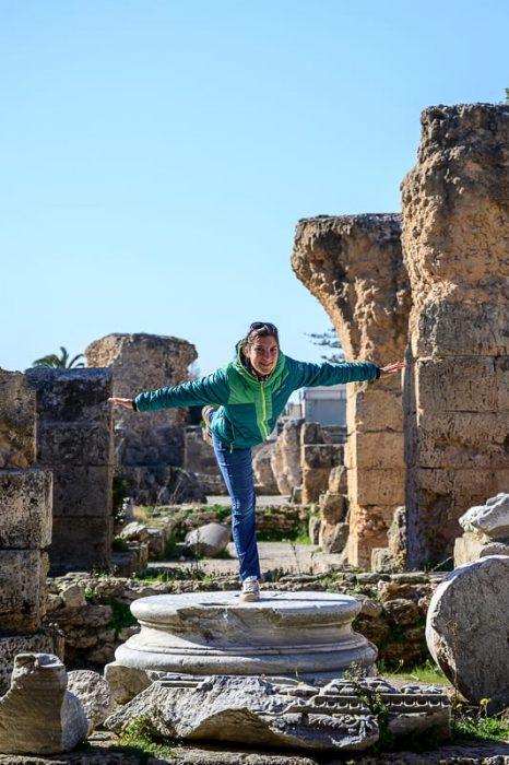 ženska na antičnem podstavku za steber, Kartagina, Tunizija