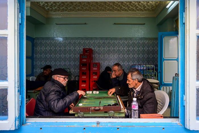 moški v lokalu v Tuniziji