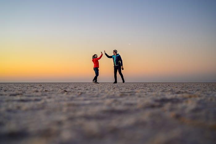 moški in ženska na slani puščavi v Tuniziji, Chot El Jerid