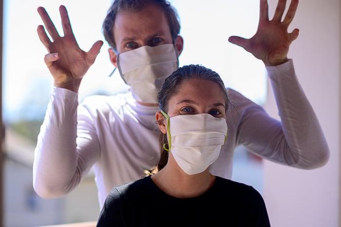 moški in ženska z maskami na obrazu