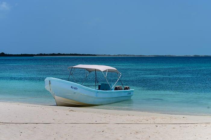 čoln na obali Cayo Crasky, Venezuela