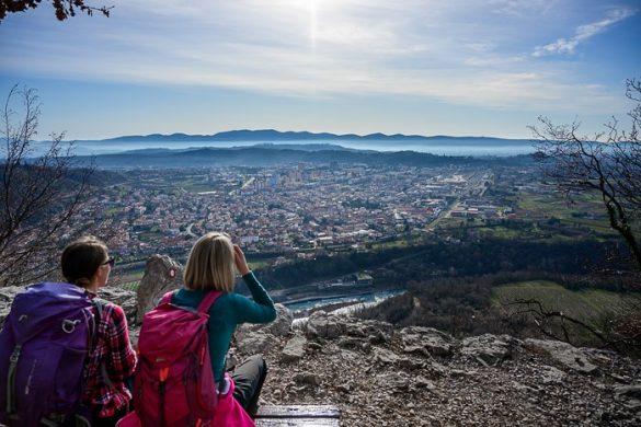dve ženski opazujeta razgled na mesto pod seboj