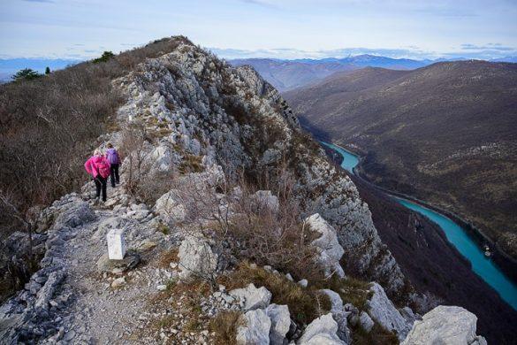 pohodnica hodi po grebenu Sabotina