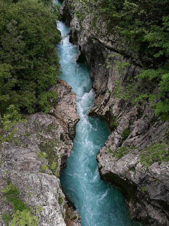Velika korita soče; pogled od zgoraj na ozek kanjon skozi katerega teče smaragdno zelena reka Soča
