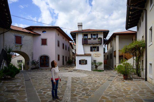 ženska na trgu v vasi Šmartno