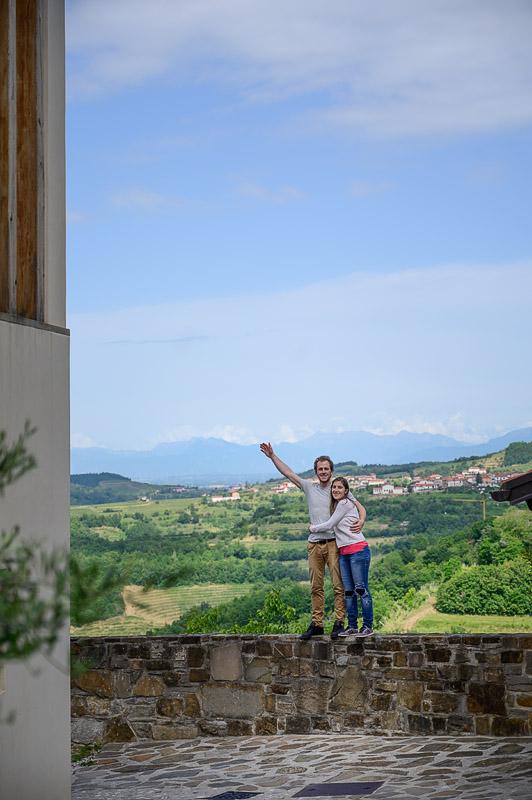 moški in ženska stojita na obzidju, v ozadju zelena pokrajina