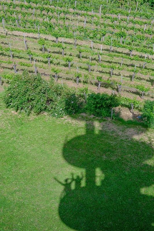 senca razglednega stolpa in silhueta dveh oseb