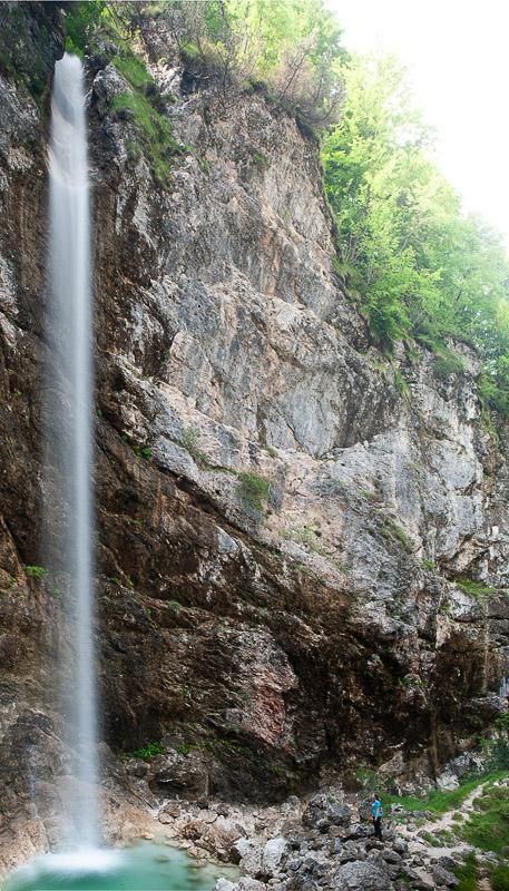 ženska stoji pod slapom. Slap Parabola, severna primorska