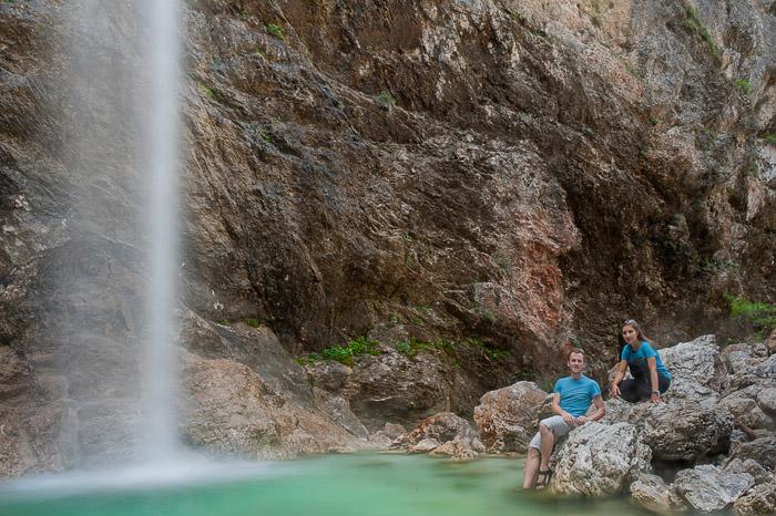 moški in ženska pod slapom Parabola