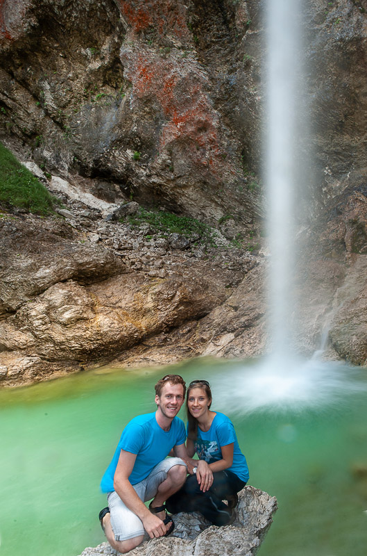 moški in ženska pred slapom Parabola, Log pod Mangartom