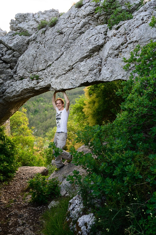 moški pod naravnim mostom