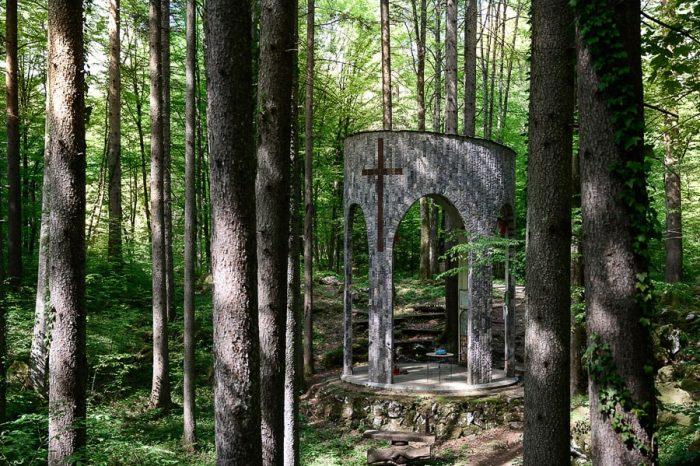 manjši oltar v Kočevskem Rogu pri grobišču Jama pod Krenom