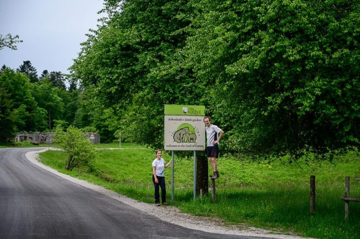 moški in ženska ob tabli - znaku za medvede