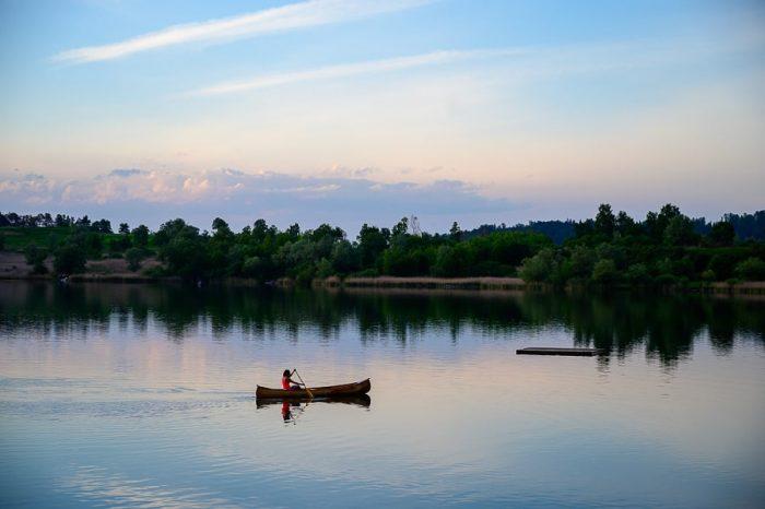 ženska v čolnu na Kočevskem jezeru