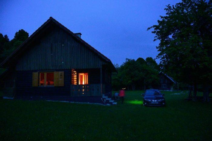 gozdarska koča na Luži v večerni svetlobi