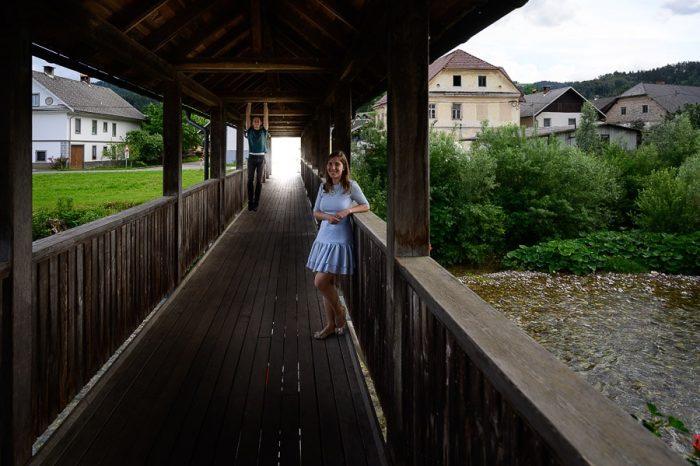 ženska v obleki na lesenem mostu, Neškova brv