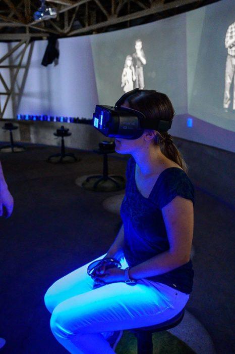 ženska z očali za virtualno resničnost