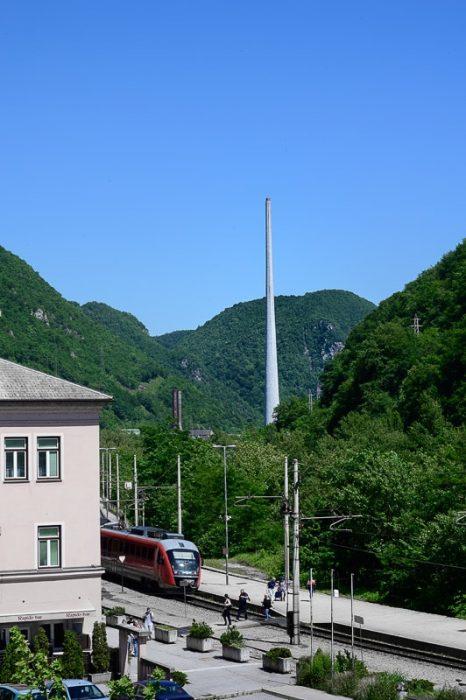 Železniška postaja Trbovlje, trboveljski dimnik v ozadju
