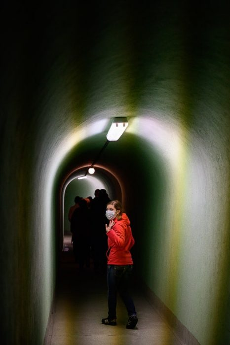 ženska v podzemnem rovu bunkerja Šrkilj