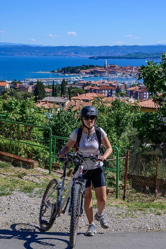 ženska ob kolesu, v ozadju Izola