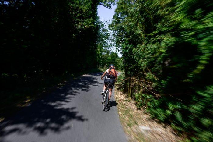 ženska na kolesu na trasi Parenzana