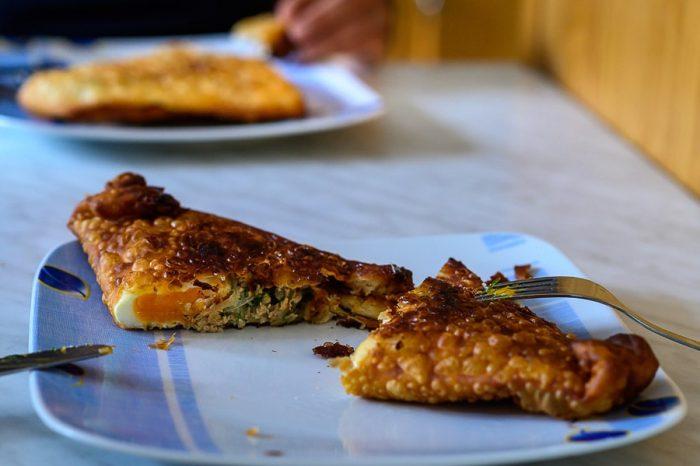 tunizijski brik na krožniku